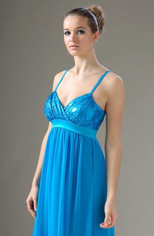 Společenské šaty mají elastický živůtek zdobený sklady.