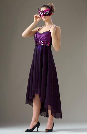 Velmi elagantní šaty jsou zdobené portou z flitrů.