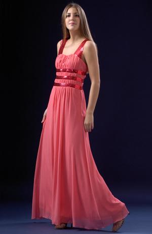 Řasené šifónové šaty s lesklými pásy v římském stylu.