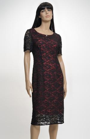 Pouzdrové šaty z černé krajky na červeném podkladu