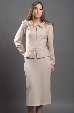 Elegantní dámský pletážový kostýmek v přírodní barvě.