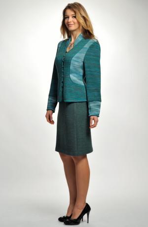 Mladistvý pletený dámský kostýmek s krátkou sukní