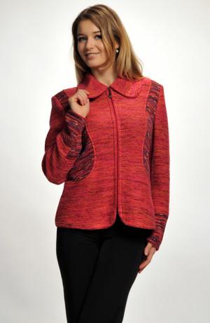 Sportovně elegantní pletený svetr na zip kombinovaný ze dvou pletenin