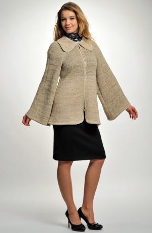 Kabátek - paleto v siluetě A s rozšířenými rukávy.