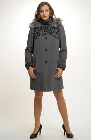 Mladistvý kabát ze zajímavého materiálu v délce nad kolena