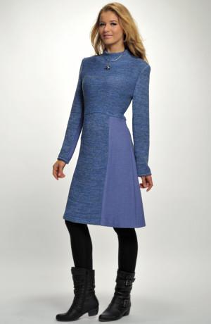 Šaty s rustikálním pleteným živůtkem lichotí postavě.