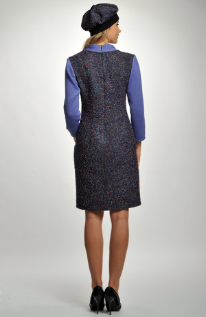 Kombinované šaty s pleteným živůtkem lichotí postavě.