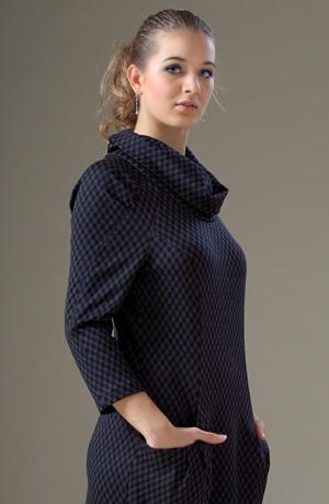 Raglánové šaty s kapsami a velkým límcem v jemné kostce.
