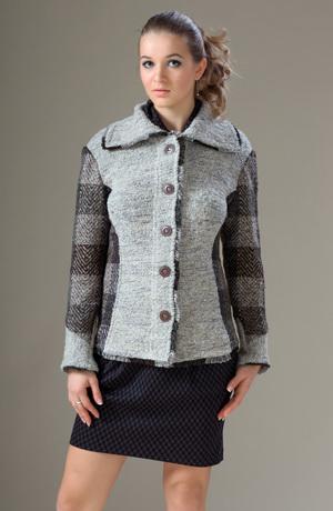 Kabátek zdobený třásněmi a silnou károvanou látkou.