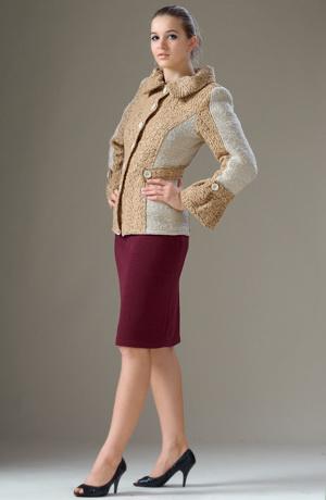 Kabátek s řasenými rukávy.