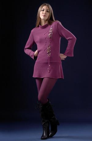 Pletená tunikové šaty zdobené efektní aplikací.