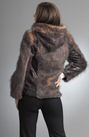 Bunda z pleteniny se zvířecím motivem js kožešinou.