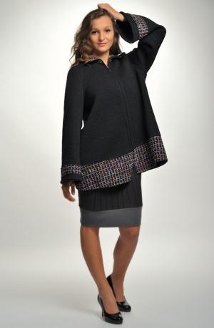 Kabátek-pončo s kapucí zdobený širokým vzorovaným lemem