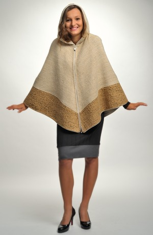 Pončo s kapucí zdobené ozdobným lemem z hřejivé bouclé pleteniny. vel.38, 40, 42, 44, 46
