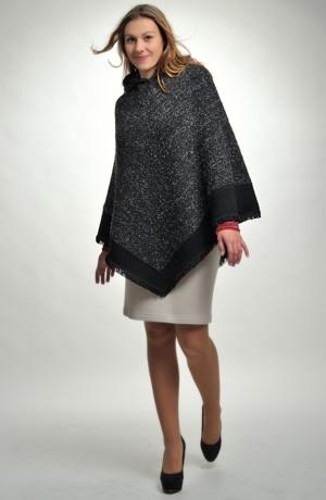 Luxusní pončo z boucle pleteniny s černým lemem a kapucí.