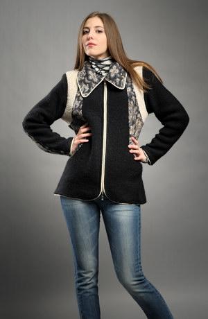 Kabátek na zip s členěným předním a zadním dílem.