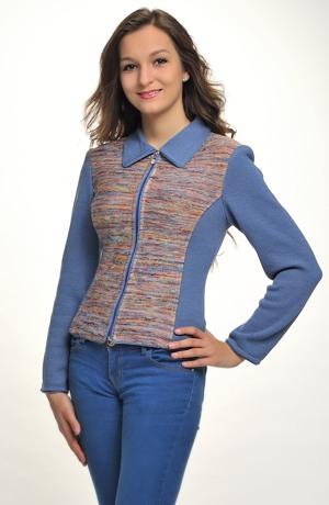 Pletený svetřík z melíru má zeštíhlující střih