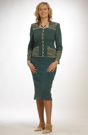 Pletážový kostýmek na propínání zdobený kapsami a sedlem.