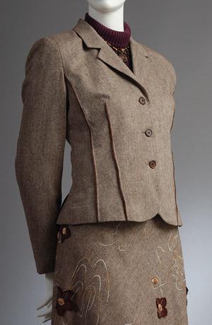 Dámský kostýmek z jemného pepita a s vyšívaným vzorem.