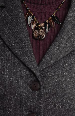 Dámský sukňový kostýmek z polyesteru zdobený kůží.