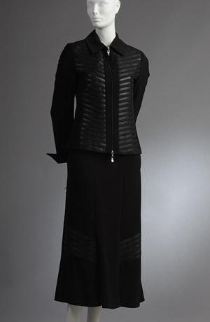 Dámský kostým, kabátek je zdobený koženými proužky.