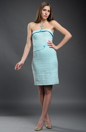 Dívčí krátké šaty na maturitu v pastelové barvě.