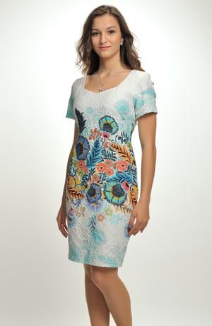 Letní šaty nad kolena s velkým barevným vzorem květů