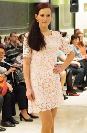 Krajkové krátké pouzdrové šaty v siluetě A