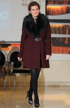 Luxusní dámské paleto v pepitu a s kožešinou na límci