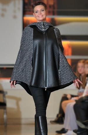 Pončo na zip, s kapucí a se širokým předním dílem z prošívané tkaniny.