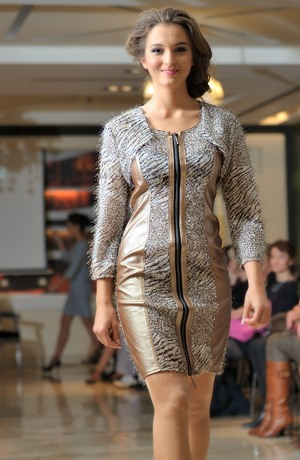 Módní dámské šaty se zvířecím tiskem kombinované s efektní zlatou koženkou