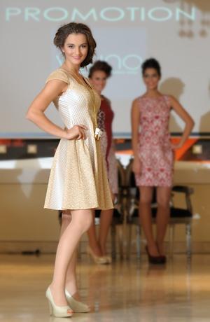 Krátké zlatavé šaty na ples s krajkou a elastanem na sukni i na zádech
