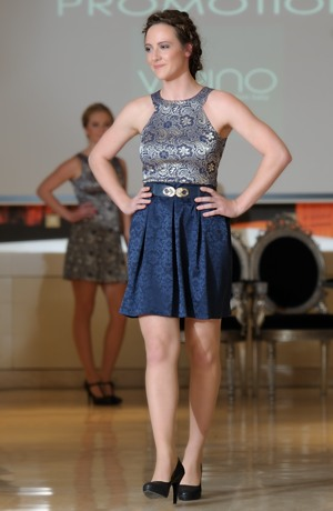 Jednoduché elegantní společenské šaty na promoci z luxusního žakáru. Vel. 38, 40, 42