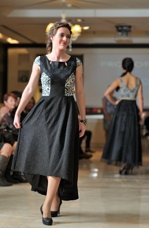 Šaty v puzzle střihu na živůtku na maturitní ples pro matky