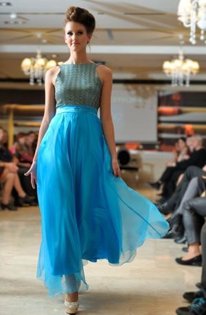 Elegantní dámské šaty na ples se zlatou krajkou vel. 38
