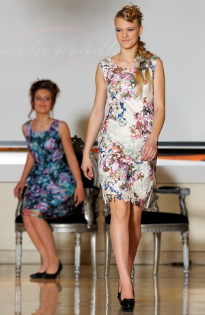 Krátké smetanové šaty s aplikací krajky na předním dílu
