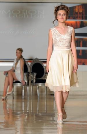 Netradiční svatební šaty s krajkovým sedlem