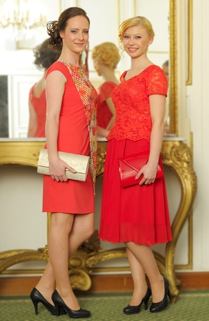 Dámský společenský komplet ze šifonu zdobí módní luxusní krajka