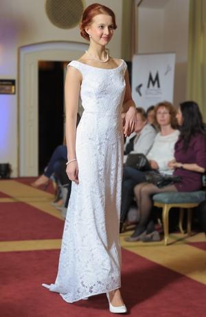 Bílé svatební šaty z krajky s vlečkou