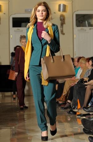 Elegantní dámský kostýmek vhodný do práce, kanceláře...