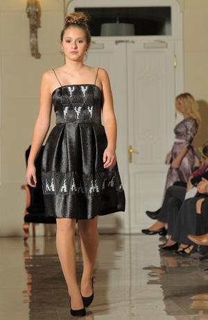 Společenské šaty s korzetovým živůtkem