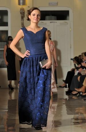 Modré plesové dlouhé šaty