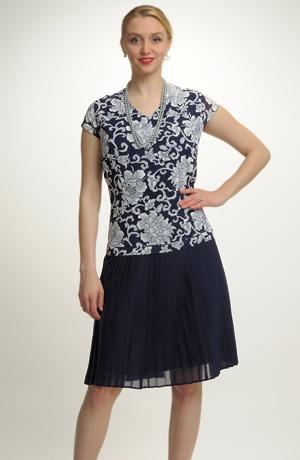 Krátké šaty s tiskem na živůtku a plise šifónem na sukni