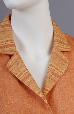Letní kostýmek zdobený pruhy v imitaci hedvábného šantungu.