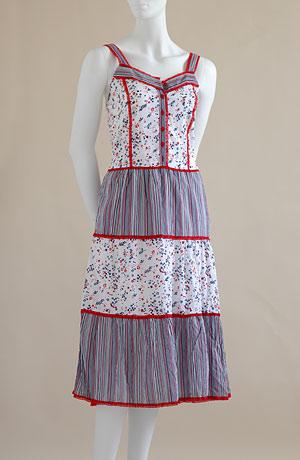 Šaty se zdobeným volánem a výšivkou, bíločervená kombinace stuha v pase v barvě materiálu červené krajkové lemování