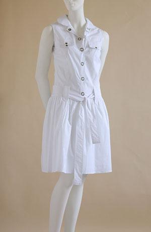 Šaty na rozepínání s kovovými druky, kapsy na sedýlku, pásek.