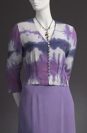 Letní společenské šaty na ramínka jsou ručně batikované.