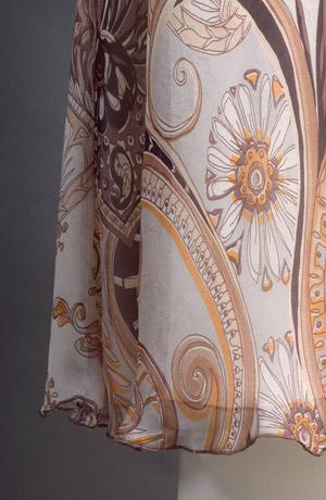 Luxusní dámské letní šaty jsou z jemného šifónového hedvábí.