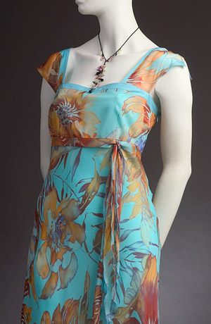 Luxusní dámské letní šaty v lady délce jsou ušity z jemného šifónového hedvábí s módním vzorem velkého květu.Rovný výstřih a podstřižení pod prsy sedí větším velikostem.