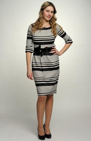 Černobílé krátké šaty s pruhy